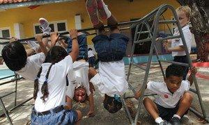 La OMS recomienda fomentar más ejercicio físico entre los menores para combatir los problemas de obesidad infantil.