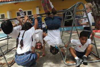 La OMS recomeinda fomentar más ejercicio físico entre los menores para combatir los problemas de obesidad infantil.