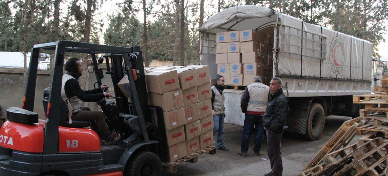 На базе ЮНИСЕФ возле  Дамаска  идет погрузка гуманитарной помощи.   Фото  ЮНИСЕФ
