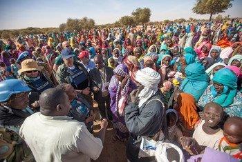 2016年1月24日,非盟-联合国混合维和行动人员走访由于最近爆发的冲突而流离失所的平民。混合行动图片/Hamid Abdulsalam