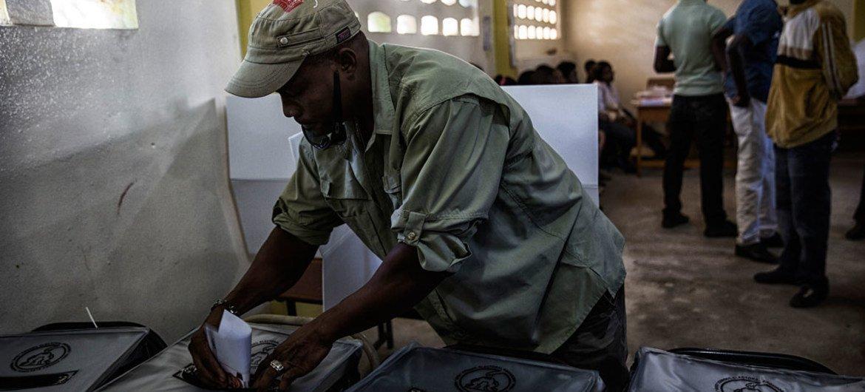 Un Haïtien vote à Port-au-Prince lors d'un scrutin en 2015. Photo ONU/MINUSTAH/Logan Abassi (archives)