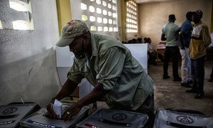 Casting a ballot in the second round of senatorial and parliamentary elections and the first round for a new president in Haiti's capital Port au Prince, 25 October 2015. Photo UN/MINUSTAH/Logan Abassi