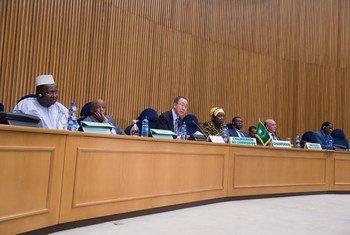 Le Secrétaire général Ban Ki-moon (3e à gauche) lors d'une réunion du Conseil de paix et de sécurité de l'Union africaine à Addis-Abeba. Photo ONU/Eskinder Debebe