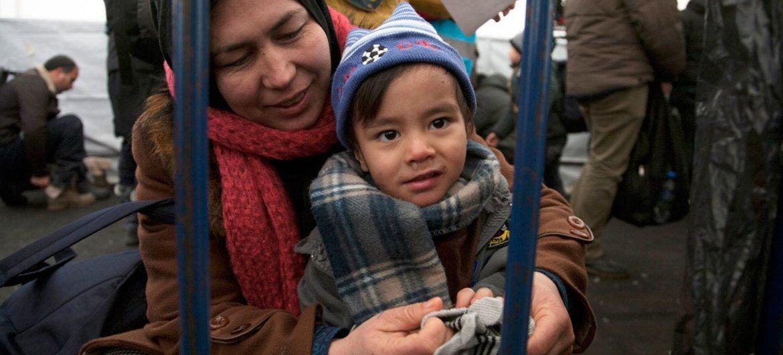 Мальчик из Афганистана  получил теплые варежки  в центре ЮНИСЕФ в Хорватии.  Фото  ЮНИСЕФ/ Ванда Клижажо