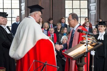 Secretary-General Ban (right) receives an honorary Doctor of Law degree from the University of Cambridge for his humanitarian work, support for women's rights and achievements in pursuit of global peace and security.