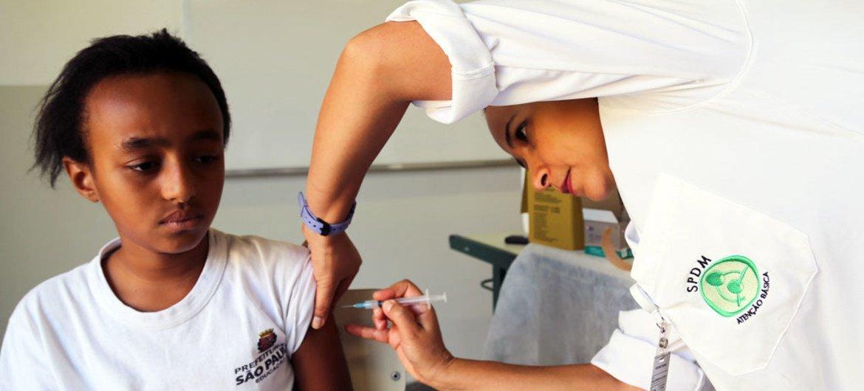 Em São Paulo, no Brasil, menina recebe vacina contra o câncer cervical.