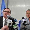 El secretario general adjunto de la ONU para Asuntos Políticos, Jeffrey Feltman (izq.) y el representante especial en Somalia, Michael Keating, atienden a la prensa en Mogadiscio. Foto: ONU/Illyas Ahmed