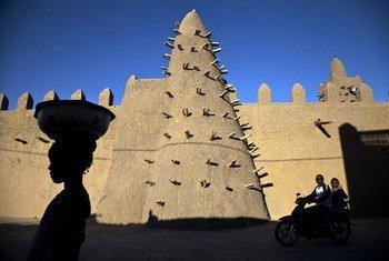 Le djihadiste malien Al Hassan qui doit répondre de crimes de guerre devant la CPI a sévi à Tombouctou en 2012 et 2013. Sur la photo, des résidents de Tombouctou passent devant la mosquée Djingareyber, un site du patrimoine mondial.