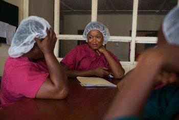 أرشيف: عاملون في مجال الصحة يتحدثون عن حالة مريض بحمى لاسا في مستشفى بسيراليون.