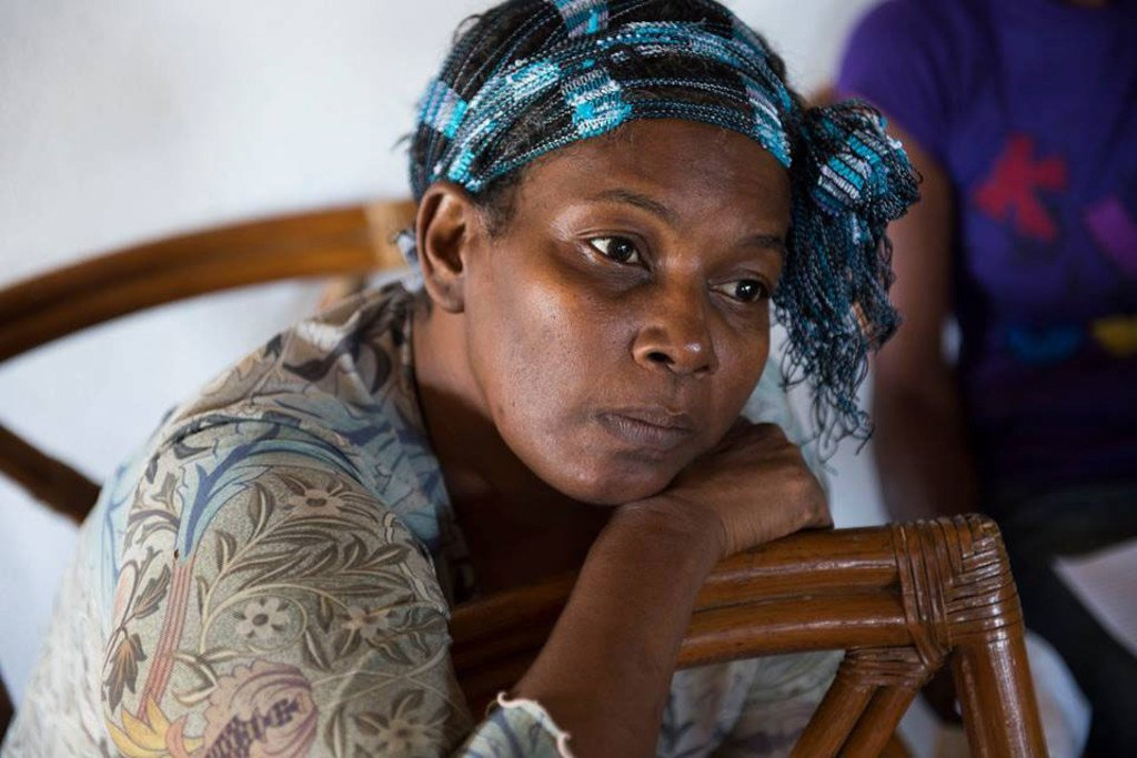 En Jamaïque, une survivante du cancer du sein du village de Stewart Mountain attend d'être examinee pour un suivi médical assuré par la Jamaica Cancer Society
