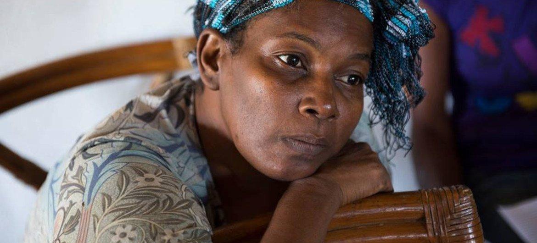 إحدى الناجيات من سرطان الثدي في قرية Stewart Mountain في جامايكا، تنتظر فحص متابعة نظمته جمعية جامايكا للسرطان.