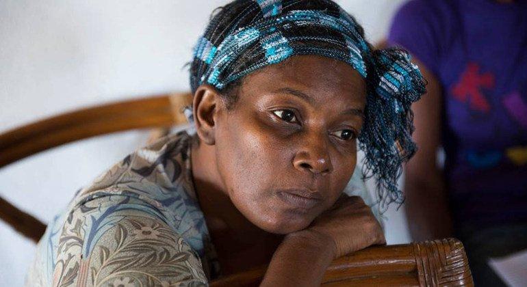 Superviviente de cancer de mama a la espera de recibir un examen de seguimiento en Jamaica. Foto: OMS/S.Bones