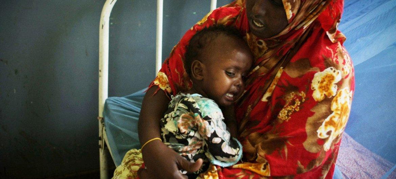 Una mujer somalí con su hijo, quien padece desnutrición y deshidratación, en un hospital de Mogadishu. Foto de archivo: ONU/Sturart Price