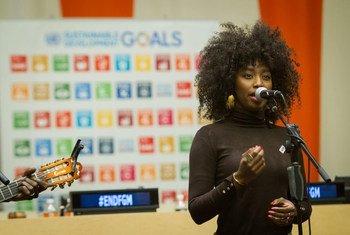 Певица из Мали  Инна Моджа, которая сама  подверглась   опасной операции, когда была маленькой девочкой.   Фото ООН