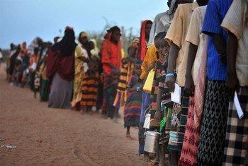Des enfants et des adultes attendent d'être enregistrés pour obtenir de l'aide dans le camp de réfugiés d'Ifo au Kenya. Photo UNICEF/NYHQ2011-1012/Gangale