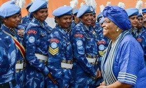 La Présidente du Libéria Ellen Johnson-Sirleaf en 2016 avec des membres d'une unité de police indienne composée exclusivement de femmes et servant au sein de la Mission des Nations Unies au Libéria. Photo Emmanuel Tobey/MINUL