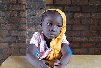 Dans l'enclave musulmane de PK5 à Bangui, en République centrafricaine, une petite fille dans l'école de Koudougou. Photo UNICEF/UN08040/Le Du