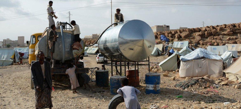Distribución de agua en un campamento de desplazados en Sa´ada, Yemen. Foto de archivo: OCHA/Philippe Kropf