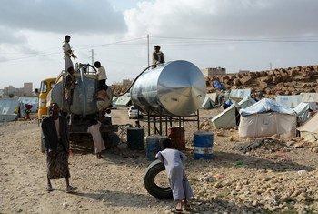 De l'eau est apportée dans un camp de déplacés où vivent 200 familles qui ont dû fuir Saada, au Yémen. Photo OCHA/Philippe Kropf