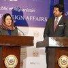 La representante especial del Secretario General para niños en conflictos armados, Leila Zerrougui, junto a Hikmat Karzai, viceministros de Asuntos Exteriories de Afganistán, durante conferencia de prensa en Kabul para informar sobre su visita al país. Foto: UNAMA/Fardin Waezi