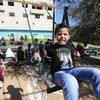 أطفال فلسطينيون يلعبون في حديقة منشأة من قبل الأونروا بالتعاون مع مركز لارجي. من صور الأونروا/علاء غوشيه.