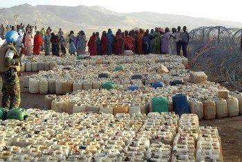 Desplazados por la violencia en Jebel Marra esperan que se les distribuya agua cerca de una base de UNAMID. Foto:UNAMID/Hagen Siegert