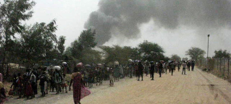 Los civiles huyen de la violencia registrada en un sitio de protección de civiles en Malakal, Sudán del Sur. Foto: UNMISS/Nyang Touch