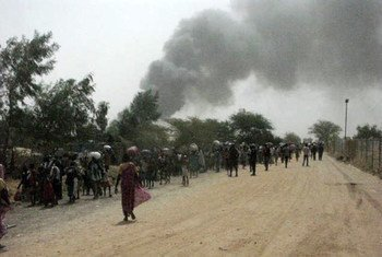 Гражданские лица спасаются  бегством от насилия в районе одной из баз ООН  в Малакале,  Южный  Судан