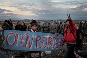 Refugiados y migrantes protestan por las restricciones impuestas en la frontera de Grecia con la ex República Yugoslava de Macedonia.