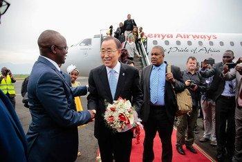 El Secretario General de la ONU, Ban Ki-moon (centro), saluda al primer vicepresidente de Burundi Gaston Sindimwo, a su llegada a la capital, Bujumbura. Foto: UNIC Bujumbura