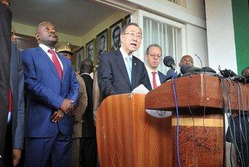 El Secretario General de la ONU, Ban Ki-moon, en conferencia de prensa en Buyumbura, con el presidente de Burundi, Pierre Nkurunziza. Foto: PNUD/Aude Rossignol