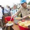 潘基文秘书长访问刚果(金)流离失所营地。联合国图片/Eskinder Debebe