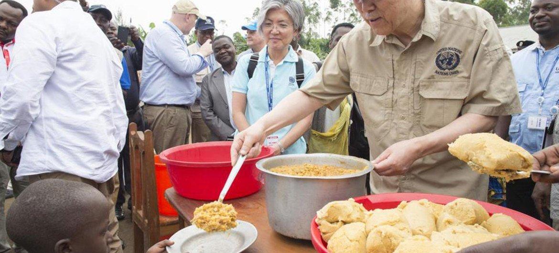 Ban Ki-moon visitó un campamento de desplazados en Goma. Foto: ONU/Eskinder Debebe