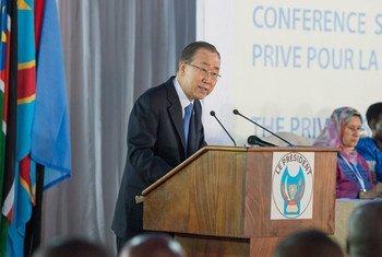 Le Secrétaire général Ban Ki-moon lors d'une visite à Kinshasa, en République démocratique du Congo, en février 2016. Photo ONU/Eskinder Debebe