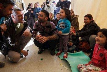 Filippo Grandi conversa con refugiados en la isla griega de Lesbos. Foto: ACNUR/Achilleas Zavallis