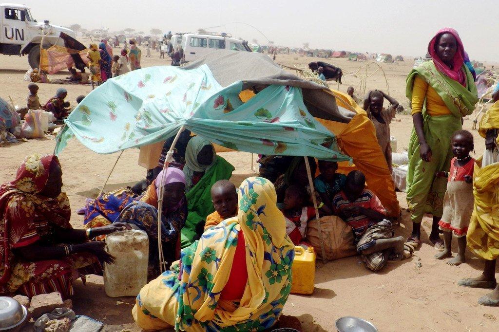 Wanawake na watoto waliotawanywa kutokana na mapigano  Jebel Marra,  Darfur Kaskazini, wakijihifadhi katika kituo kipya cha Tawilla