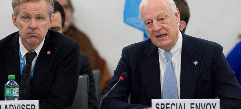Jan Egeland y Staffan de Mistura en una conferencia de prensa en Ginebra. Foto de archivo: ONU/Jean-Marc Ferré
