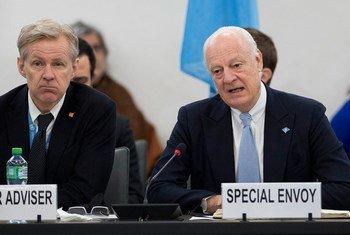 L'Envoyé spécial du Secrétaire général pour la Syrie, Staffan de Mistura, et le Conseiller spécial auprès de M. de Mistura, Jan Egeland, lors d'une conférence de presse à Genève. Photo : ONU/Jean-Marc Ferré