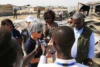 联合国负责人道主义事务的助理秘书长、紧急救济副协调员康京和在南苏丹视察一个学校的废墟和国际移民组织管理的一个诊所。联合国人道协调厅/Charlotte Cans