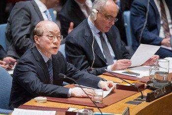 中国常驻联合国代表刘结一主持安理会会议。联合国资料图片/Rick Bajornas