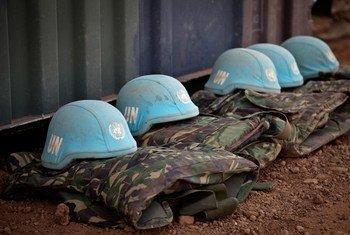 Cascos azules y uniformes del personal de paz de Naciones Unidas. Foto ONU/Marco Dormino