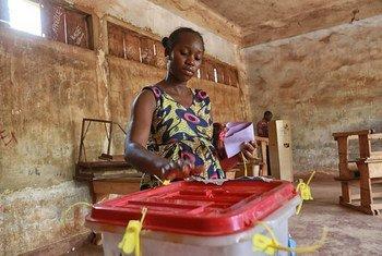 El fracaso de la gobernabilidad es una de las causas de los conflictos en África, según la ONU. En la imagen, una mujer vota en la segunda ronda de las elecciones en la República Centroafricana. Foto: ONU/Nektarios Markogiannis