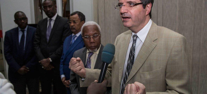 Le Représentant permanent de la France, François Delattre, s'exprime devant la presse à Bamako, au Mali, lors d'une visite du Conseil de sécurité dans le pays, le 5 mars 2016. Photo ONU/MikadoFM