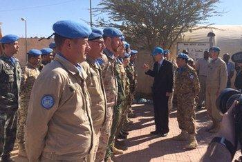 El Secretario General visita a miembros de la MINURSO durante su visita a la región del Sahara Occidental este 5 de marzo de 2016. Foto ONU/portavoz.