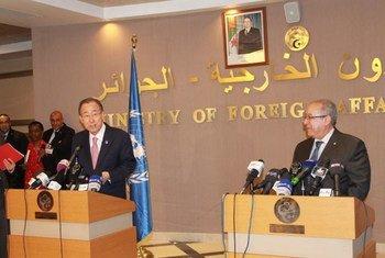 潘基文秘书长在阿尔及尔召开记者会  图片: UNIC/Algiers