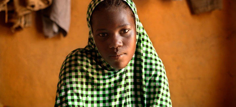 17-летняя  Нафисса из Нигера была выдана замуж в 16 лет. Три месяца спустя после свадьбы она забеременела, а затем родила  мертвого  ребенка. Фото  ЮНИСЕФ.