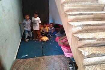 Niños deplazados en Yemen viven en pasillos de colegios en la provincia de Amran. Foto: OMS/Yemen