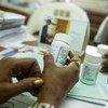 在科特迪瓦,一名顾问正在指导一名被确诊为感染了艾滋病毒的青春期男孩如何正确服用抗逆转录病毒药物。这名顾问为联合国儿童基金会的一个非政府合作伙伴工作。