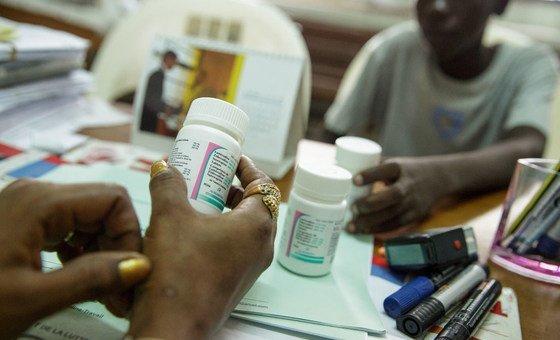 Em Côte d'Ivoire, conselheiro da Unicef informa adolescente sobre antiretrovirais
