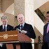 El enviado especial de la ONU para Siria Staffan de Mistura (centro), junto a su asesor especial Jan Egeland (izq.) y Yacoub El Hillo, el coordinador humanitario de la ONU en Siria, informan a la prensa en Ginebra. Foto: ONU/Anne-Laure Lechat